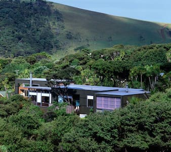 Beach house with Ocean views. - Bethells Beach - Hus