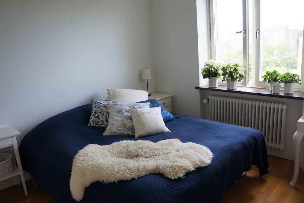 Double bed 180x200 cm.