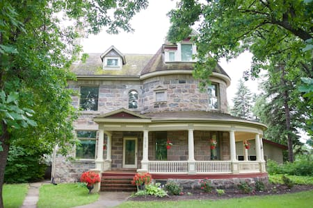 Bella's Castle Bed and Breakfast - Morden