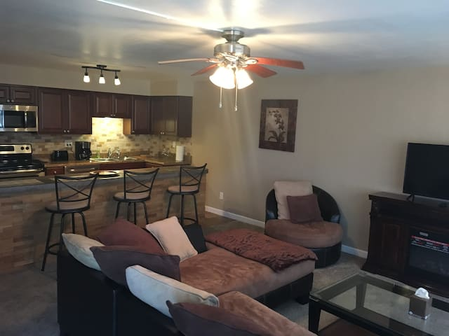Beautiful cosy condo in Central Location (Pool). - Cape Coral