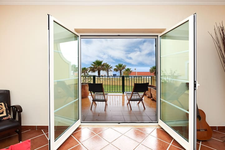 Sunny ocean view apt w/pool, 3min walk from beach. - Ericeira - Apartemen