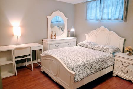 Cozy Room#2 Cose to Southgate Mall LRT & Airport!