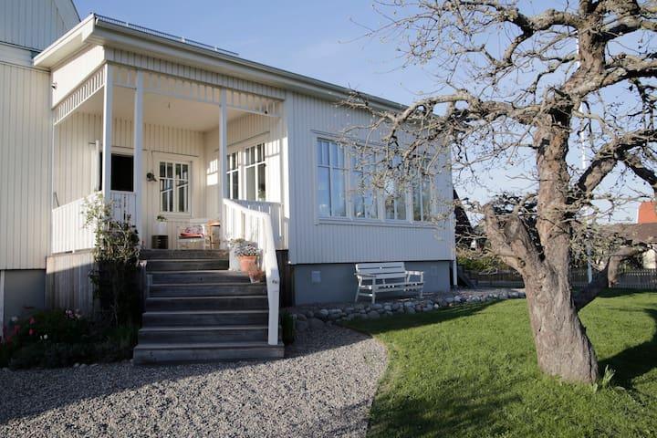 Charmigt hus i lugnt och centralt område.