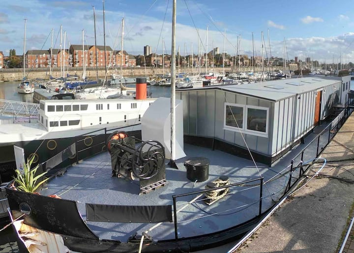 Large luxury house boat- 3 ensuite bedrooms