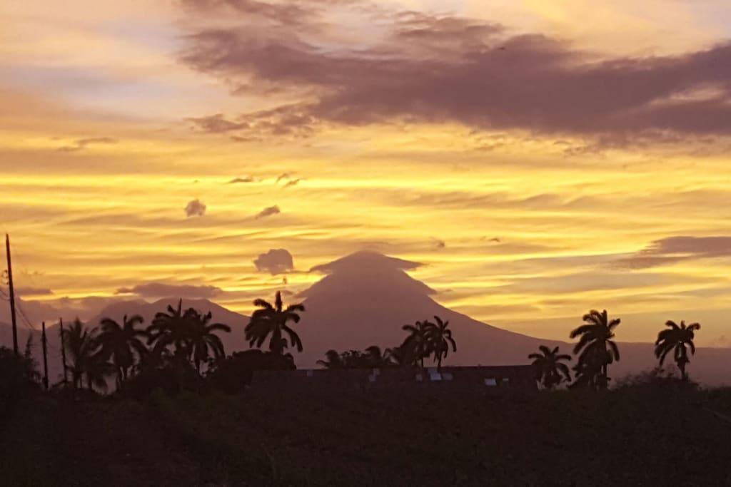 Al atardecer  por el oeste disfrutamos del famoso volcan Arenal