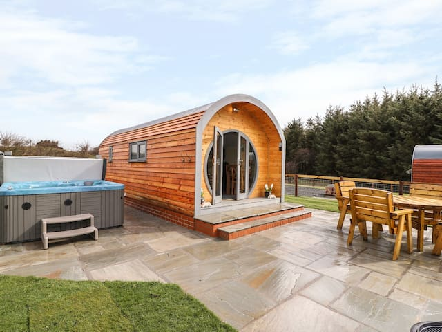 MOUNTAIN VIEW, pet friendly, with hot tub in Rhayader, Ref 976810