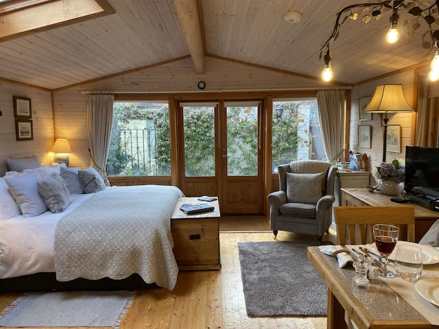 Luxury Lodge with Super King Size Bed, Kitchen & Shower Room