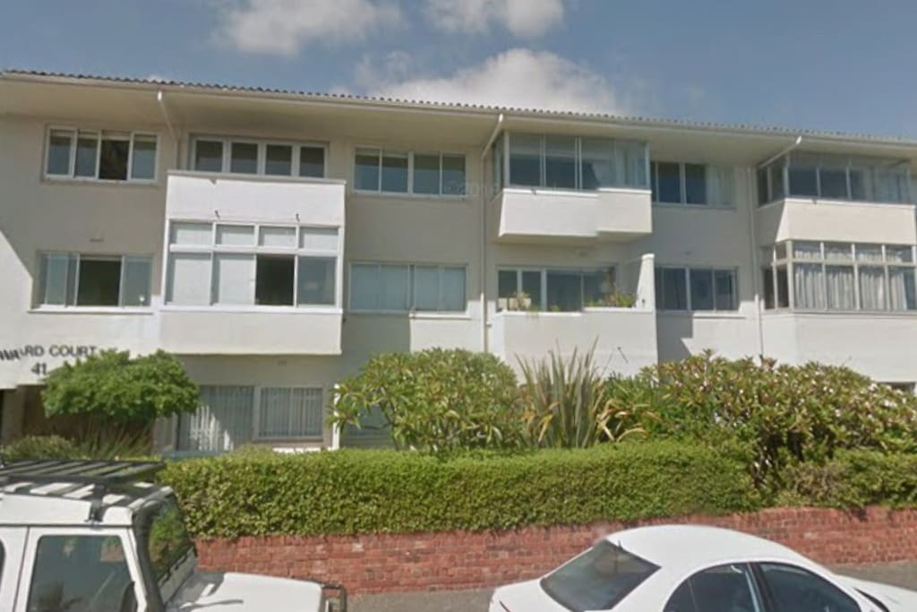 The is apartment is a small block on Beach Road, Mouille Point, close to the V & A Waterfront, City Centre and majestic beaches.