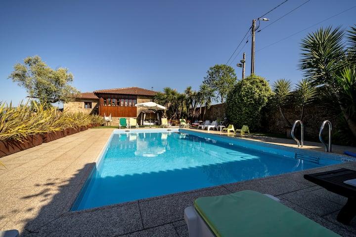 Fantástica Villa com Piscina em Braga by iZiBookin