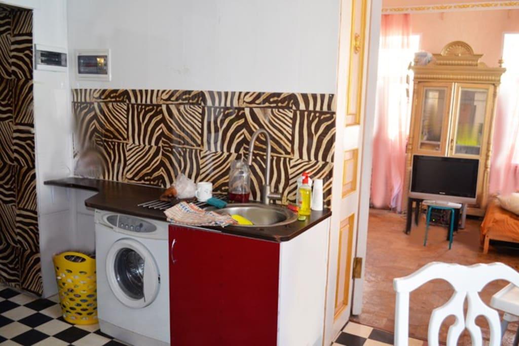Вход в обе комнаты через кухню-столовую
