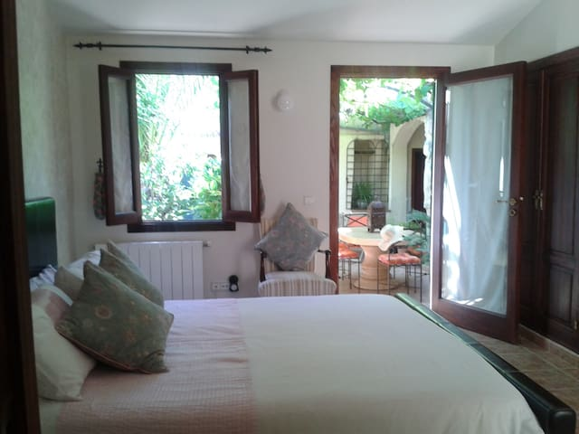 Lovely vine room in pretty garden. - Consell