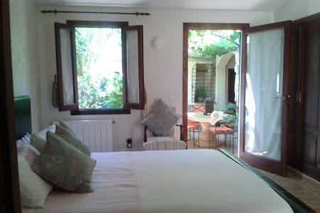 Lovely vine room in pretty garden. - Consell - Bed & Breakfast