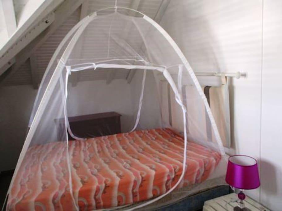 Chambre 1 climatisée avec moustiquaire