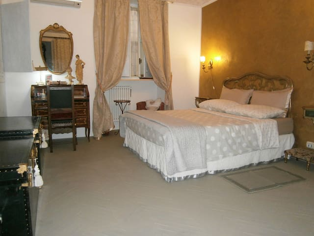 Vintage double room with fresco Porta Nuova-Center