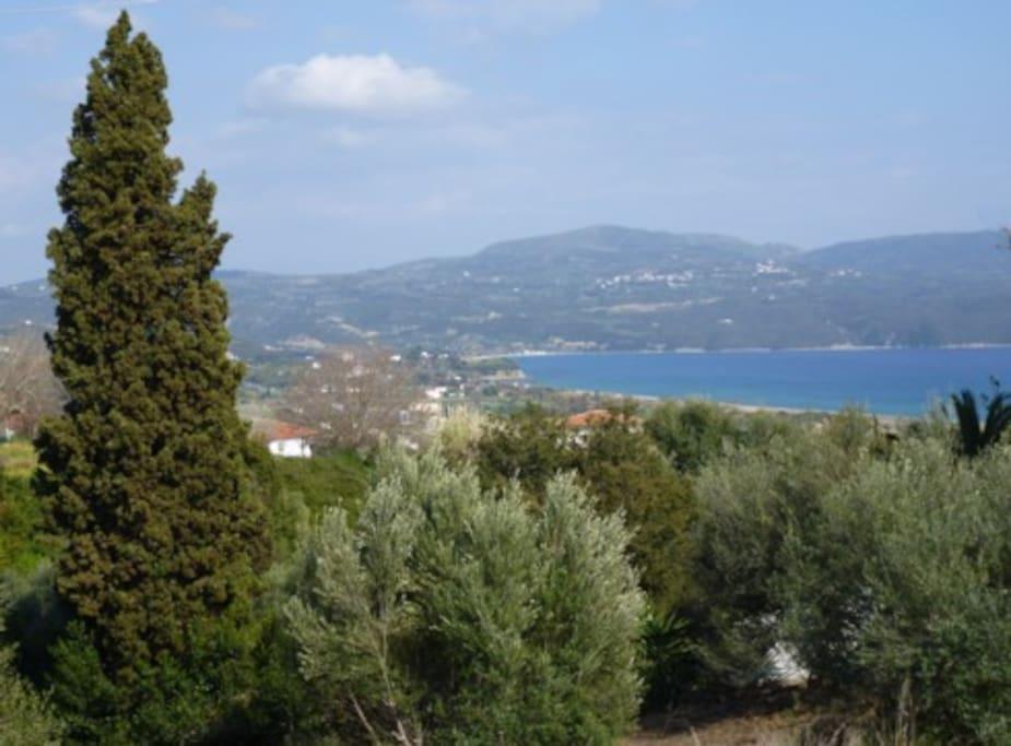 Auf Berge und Meer blickt man von der Terasse der Villa Pilias