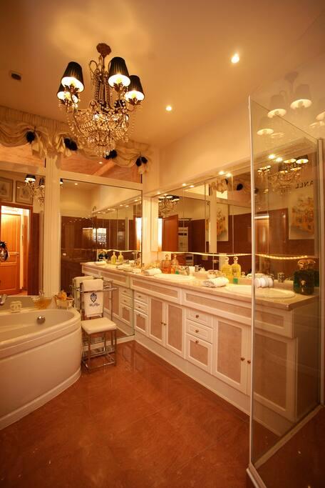 belle salle de bain spacieuse de qualité