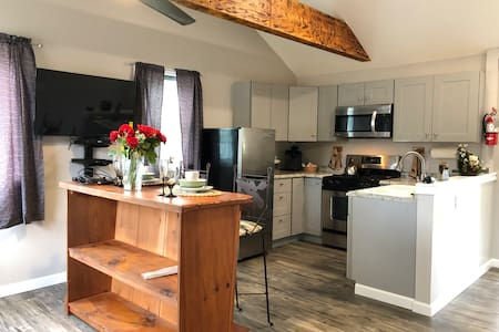Newly remodeled cottage with prvt hot tub