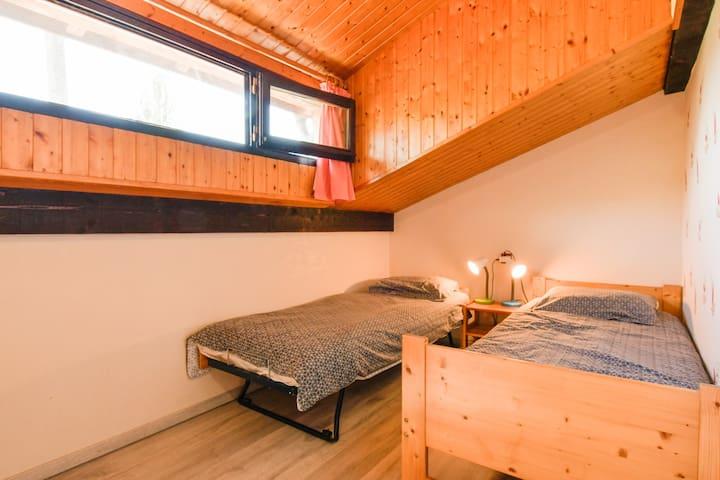 Votre chambre avec deux lits simples (lits gigognes)  un des lits peut se ranger sous  l'autre pour faire plus de place. Les lits peuvent également se rapprocher pour constituer un grand lit si vous voyage en couple. (Crédit photo Christine Haas)