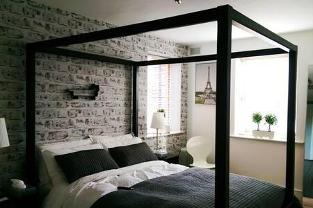 Large ensuite with garage. - Dublin - Condominium