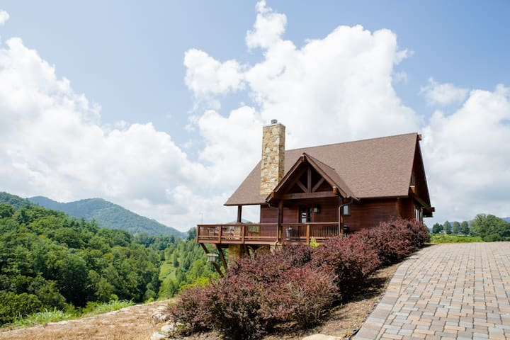 Bear Creek-Luxurious Cabin ; Spectacular Views, Close to Asheville & activities.