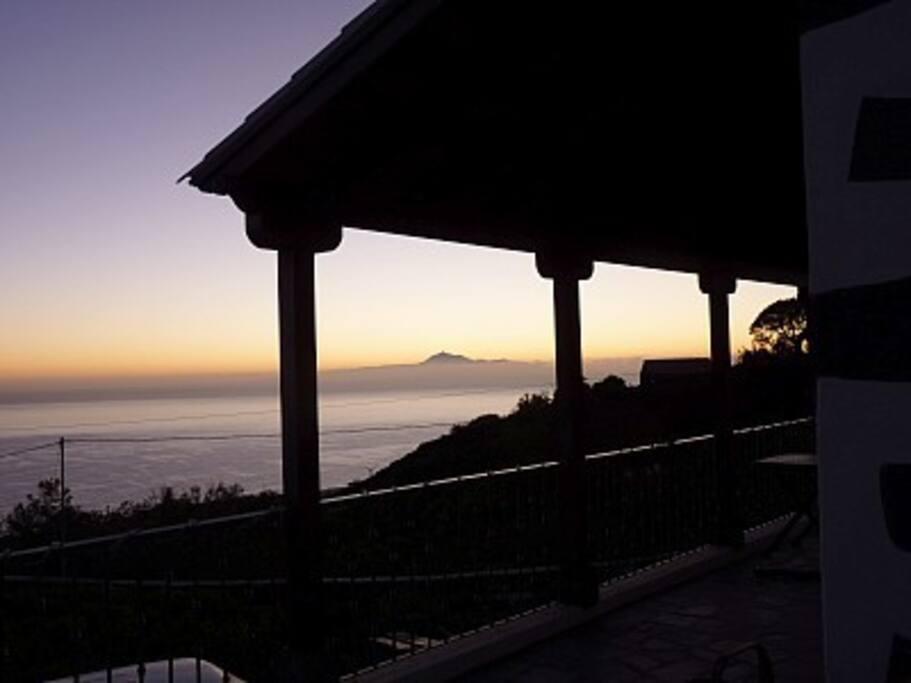 Amanece con la isla de Tenerife y el monte Teide al fondo