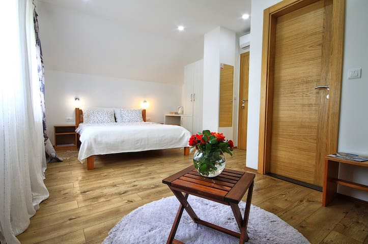 15 MINUTES FROM THE PLITVICE'S LAKES Cozy 4*room