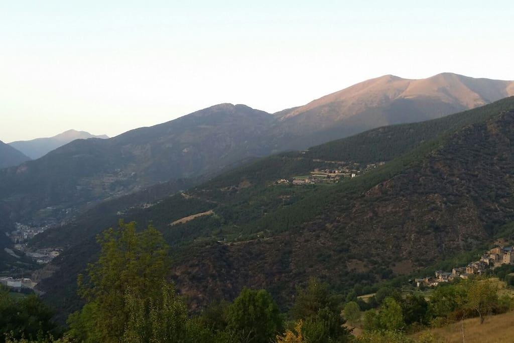 Vista panorámica de Sant Julià de Lòria (Pricipado de Andorra) i de Arcavell.