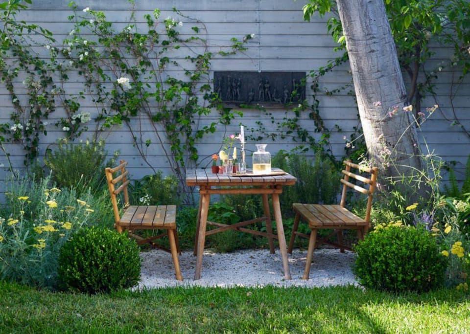 dine under the old oak tree