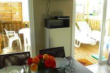 Équipement mobil-home 2 chambres, télévision écran plat, lecteur DVD, et radios.