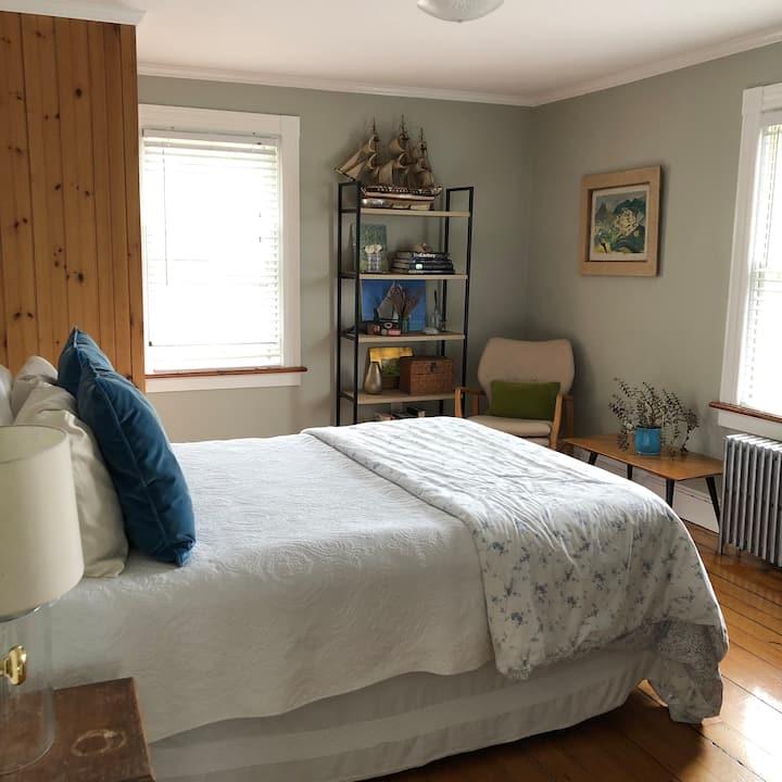 Charming Newport, 2 bedrooms. Off-street parking.