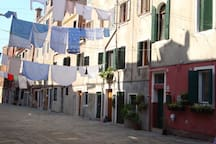Corte di Caà Sarasina. All'angolo destro, la facciata rossa é il Quadrifoglio.