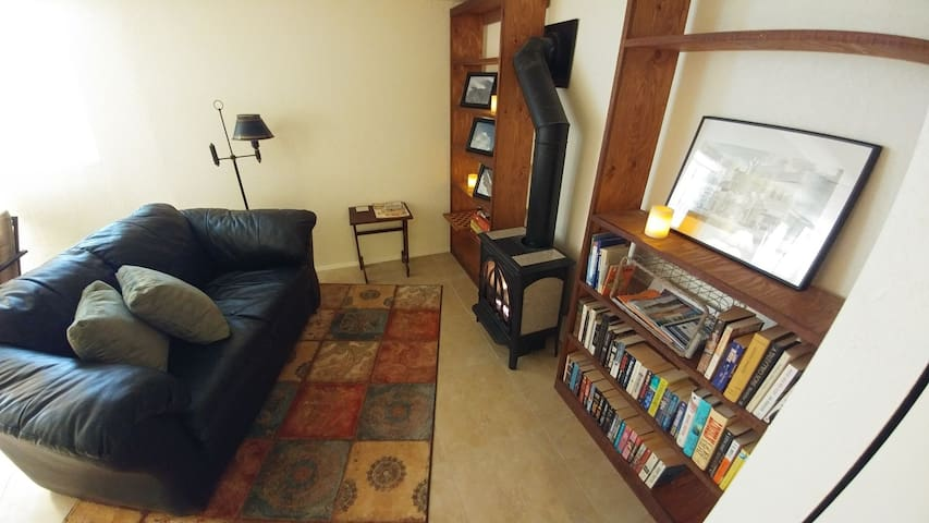 $89 Downtown Apartment in Historic Three Forks