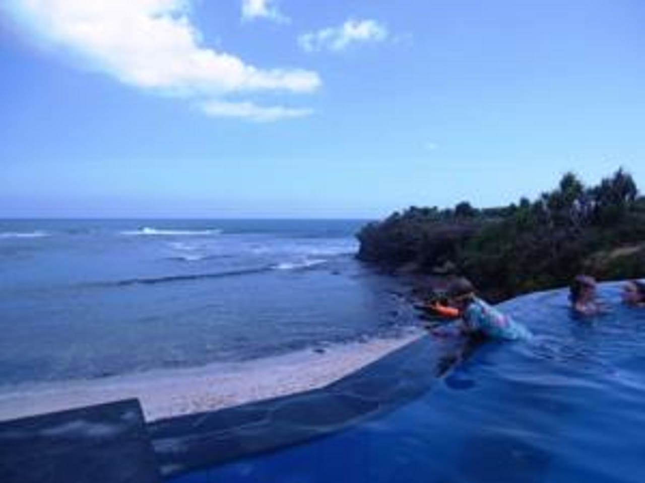 deluxe ocean hut  dream beach bungalows for rent in lembongan island: heater table aaad