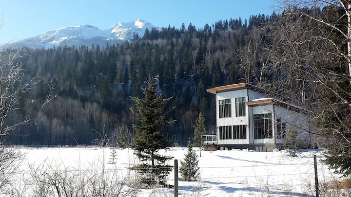 March now open! Hot Tub, Fireplace, Trails!