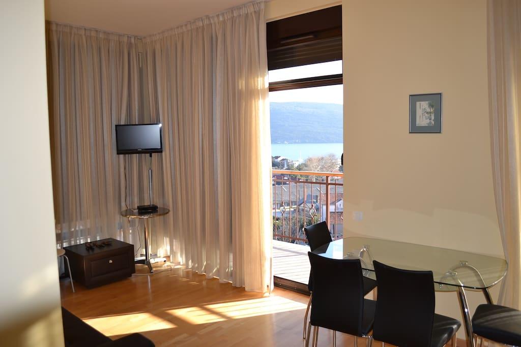 Гостиная и балкон..