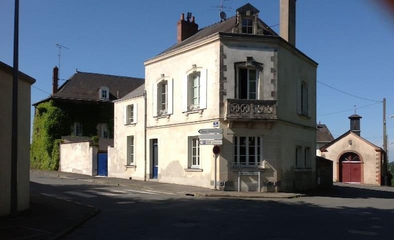 Chambres dans maison bourgeoise - Château-Gontier - 一軒家