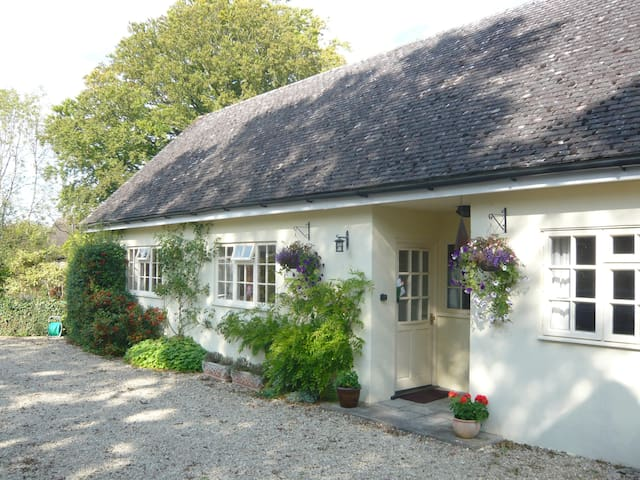 Lovely cottage near Stonehenge  - Sherrington - Hus