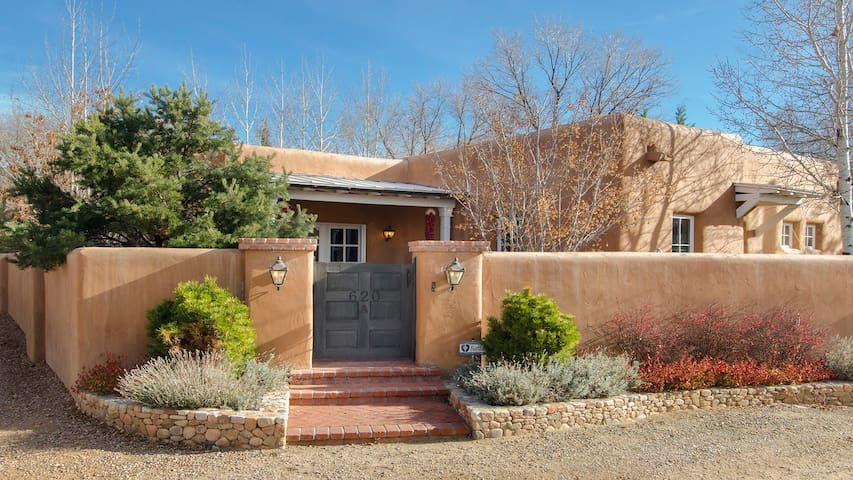 Historic Adobe~Walk to Canyon Rd~5 Star Amenities