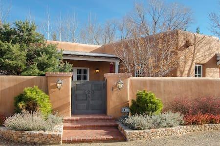Historic Adobe~Walk to Canyon Rd~5 Star Amenities - Santa Fe - Casa