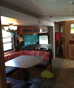 Four Bed Modern Home on Wheels w/ Pool near Bethel - Camper/Roulotte