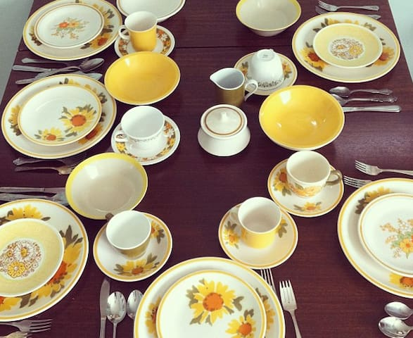 Bright and sunny vintage plates/mugs for your dining needs.