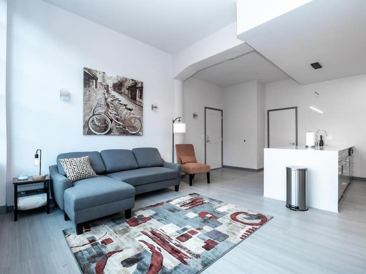 Beautiful Condo-Heart of Business District #405