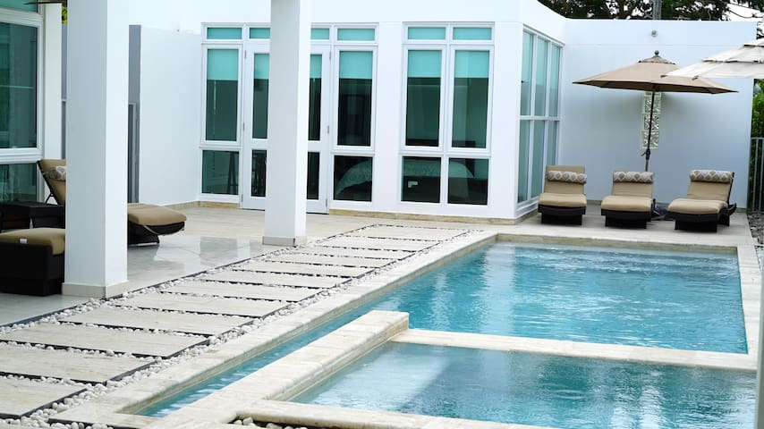 Modern Zen with Pool at Doorstep - Gurabo - Dům