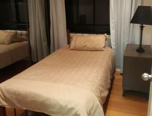 Single room with King single bed for 1