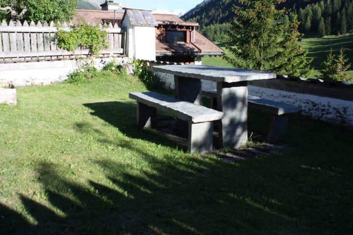 Granittisch für Gäste