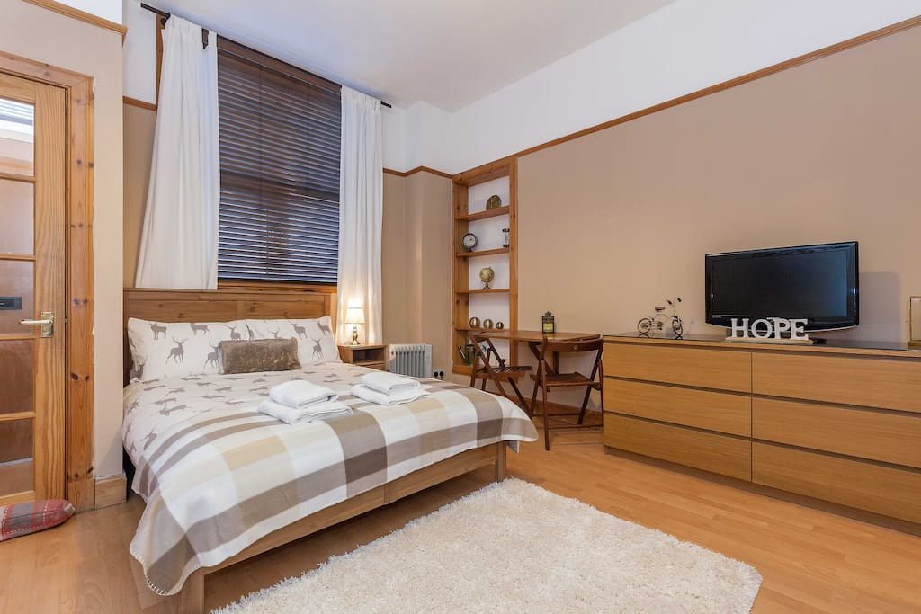 rustic scottish studio flat apartments for rent in. Black Bedroom Furniture Sets. Home Design Ideas