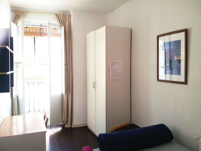Nice room with balcony in Madrid city center