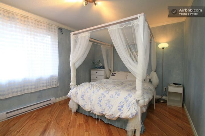 AIRPORT ~ FREE PARKING ~QUEEN SIZE BED (Bluebelle)