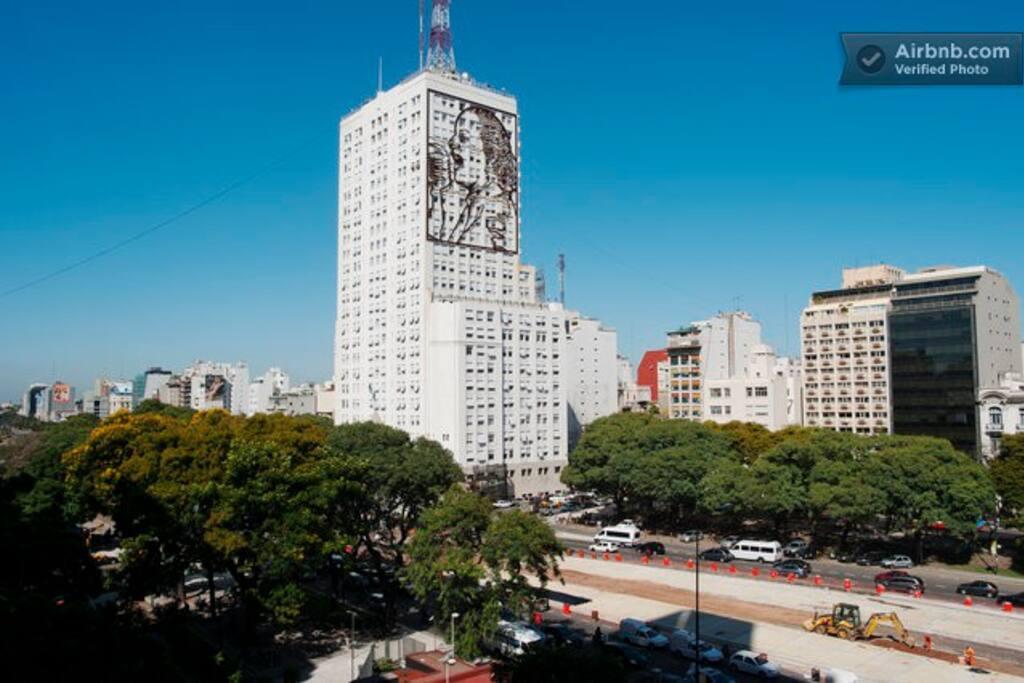 Una vista unica sobre la avenida mas importante de Buenos Aires. A unique view over Buenos Aires most important Ave.