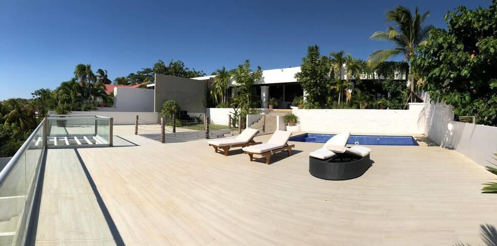 piscina con terraza y áreas comunes